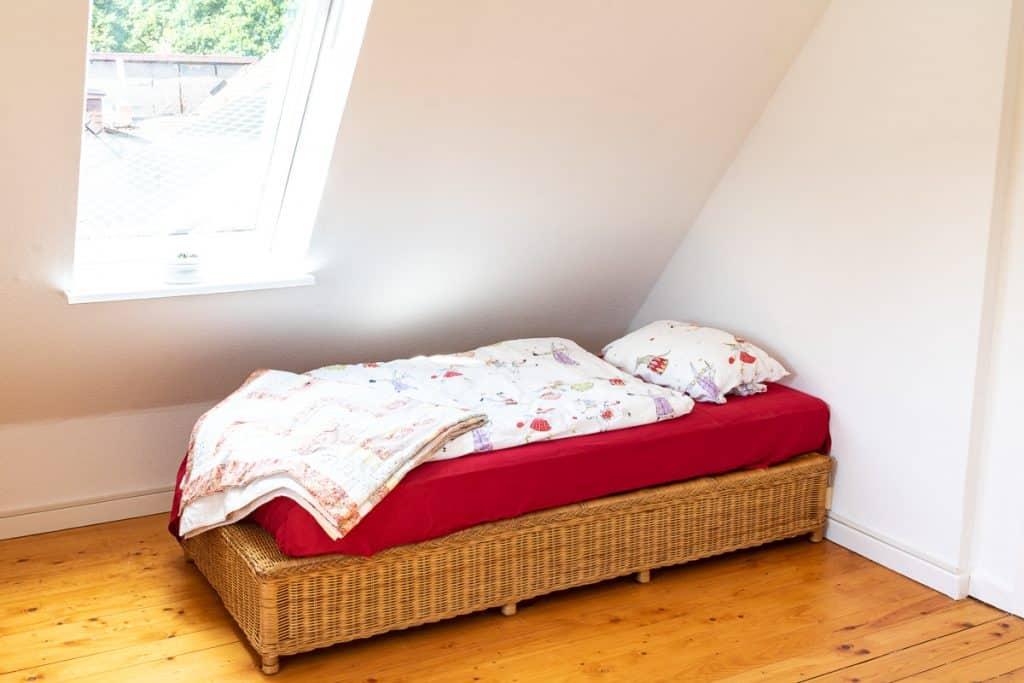 Schlafzimmer mit Sitzecke im Dachgeschoss
