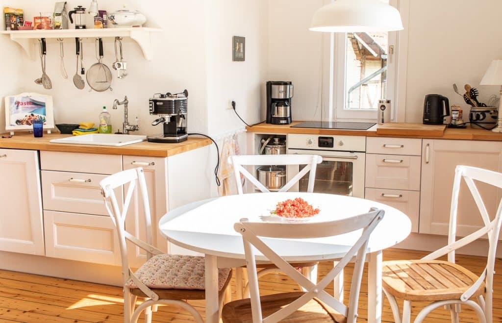 Voll ausgestattete Küche mit Esstisch
