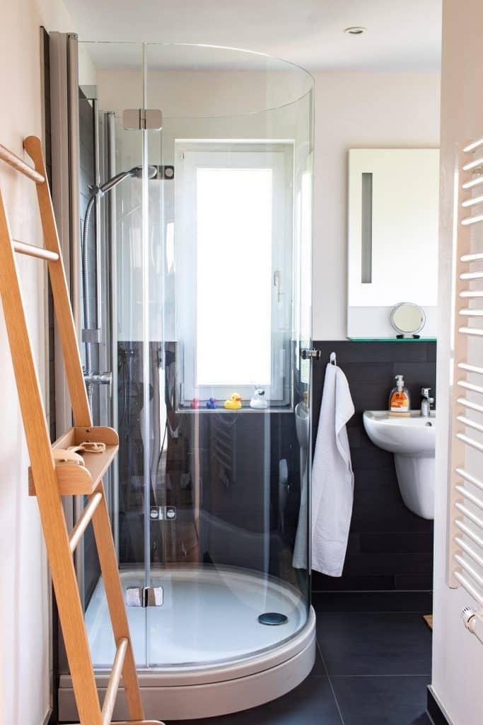Modernes Badezimmer in der ersten Etage